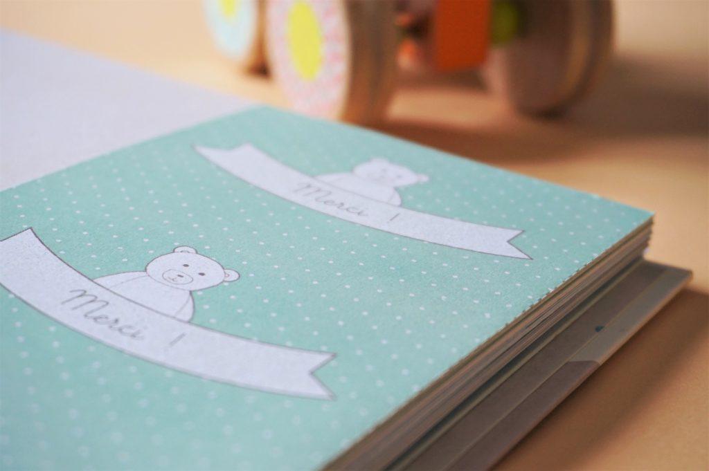 Un album de naissance avec des petites cartes pour remercier vos proches des jolies intentions faites à votre bébé