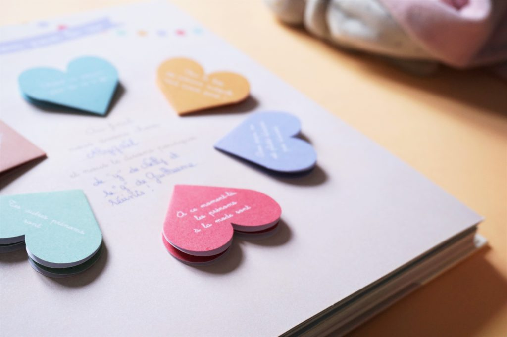 un album de naissance rempli de jolis coeurs pour y noter les souvenirs de votre bébé